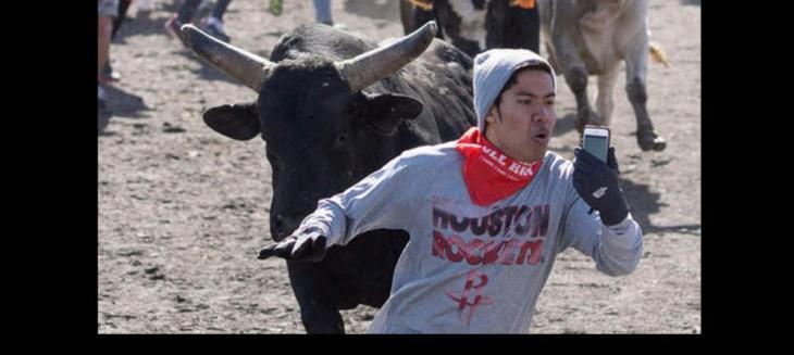 fanatico es correteado por un toro en pamplona pero se va tomando una selfie