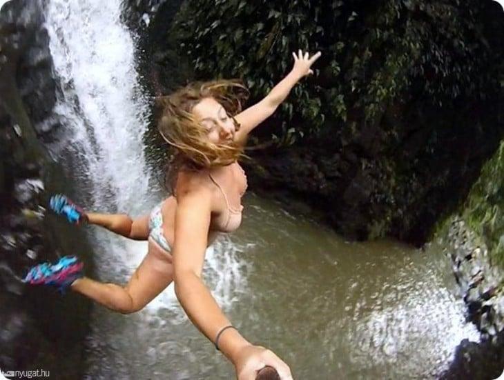 turista se lanza desde cascadas