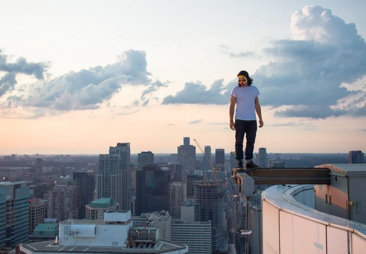 ucraniano con máscara de payaso desde la orilla de un rascacielos