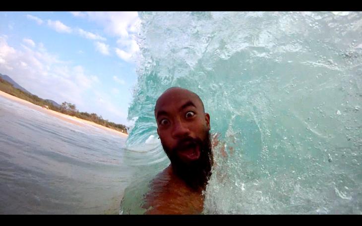 Jroom bloguer filipino con selfie en medio de una ola