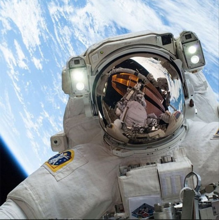 Chris canadiense austronauta con selfie desde el espacio