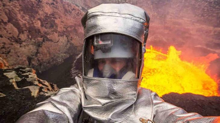 presentador de angry planet cerca del volcan en erupcion en filipinas
