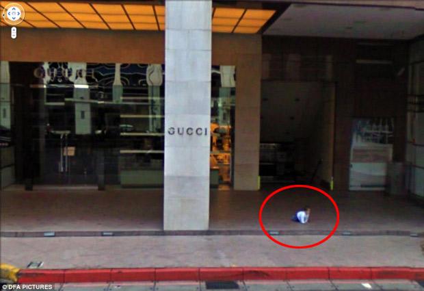 bebé abandonado en las calles de algun lugar frente ala tienda gucci