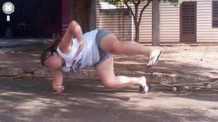 niña se cae de la patineta