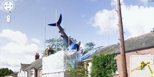 figura de tiburón en el techo de una casa