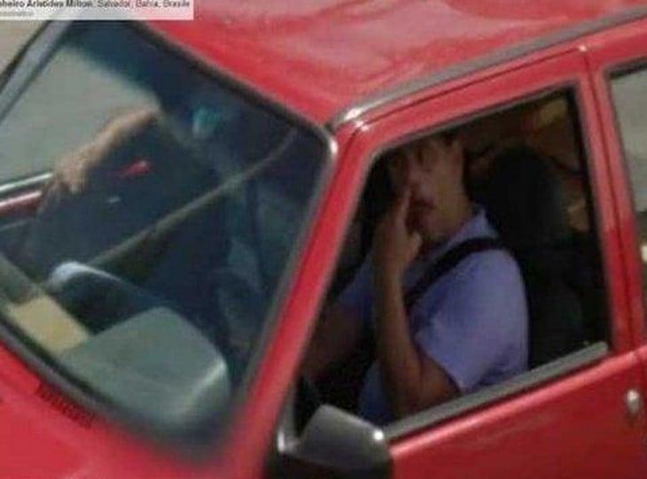 hombre picandose la nariz en una camioneta toja