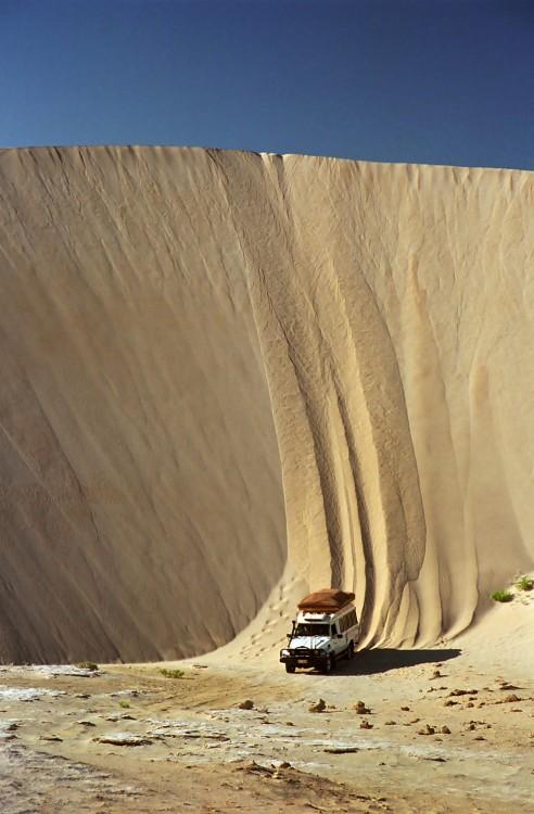 conducir cuesta abajo en jeep por las dunas de australia