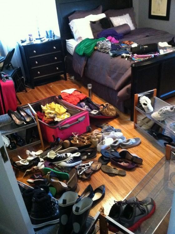 desorden en la habitacion con zapatos y ropa sucia
