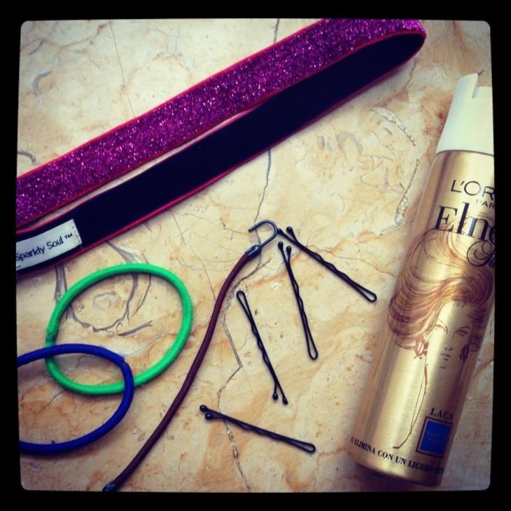 broches para el cabello desordenados con ligas y estilizador