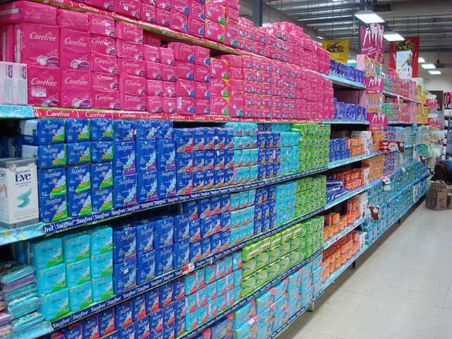 pasillo de toallas sanitarias en el mercado