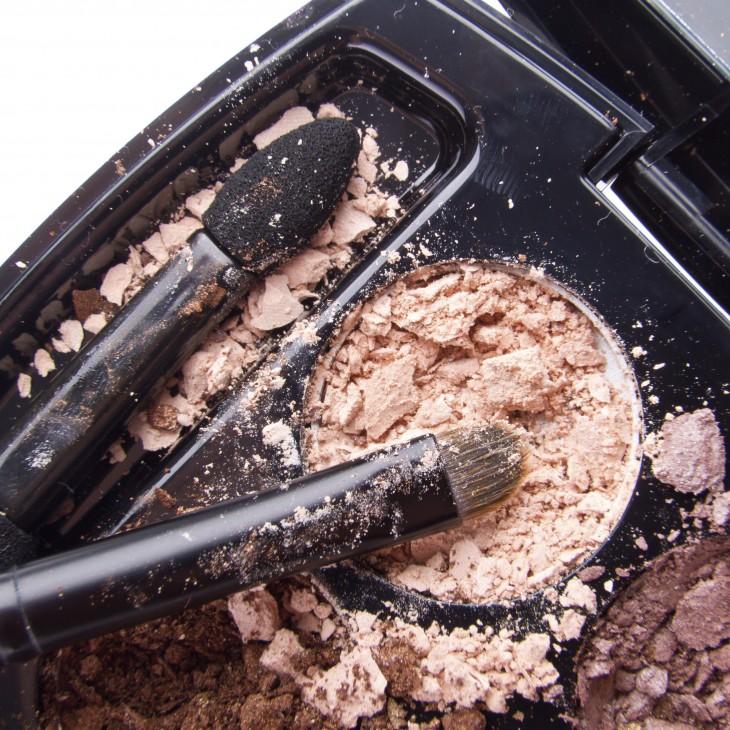 maquillaje roto un desastre para la casa