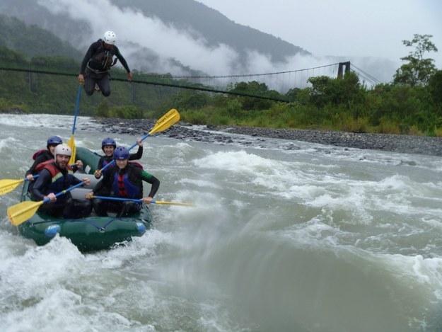 hombre sale volando de la balsa por corriente del agua