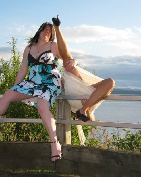mujeres se toman una foto pero una de ellas esta cayendo