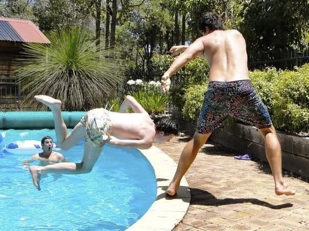 hombre se va apegar en el filo de la piscina al caer