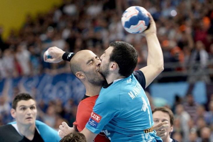 futbnolistas se pegan cara a cara en un encuentro deportivo
