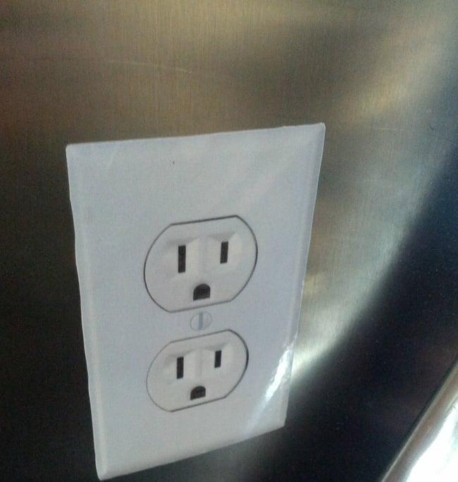 sticker en forma de conectorers puesto en el aeropuerto