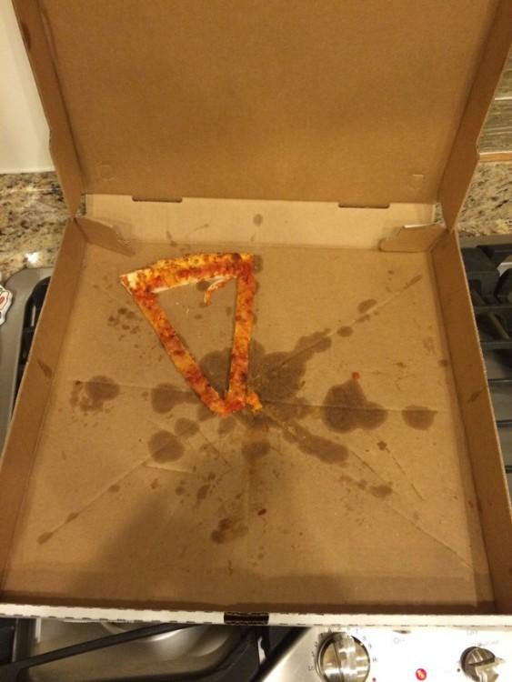 ultima rebanada de pizza en la caja hecha de puras orillas sin relleno