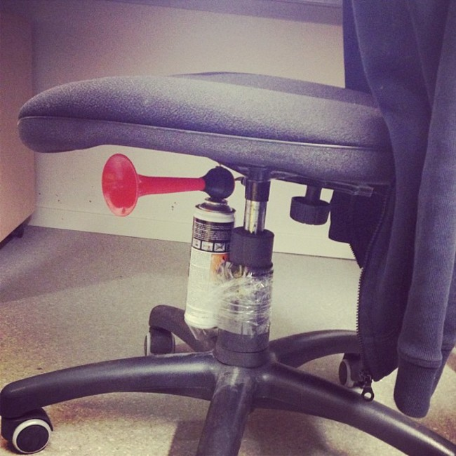 silla con bocina de aire comprimido pegada en la parte posterior para hacer una broma