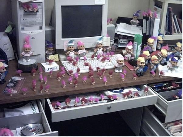 oficina repleta de trolls rosas como broma