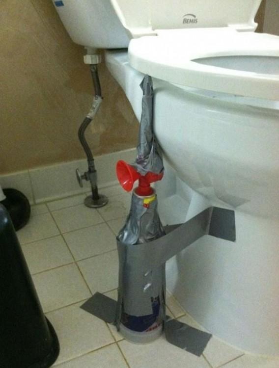 broma de poner una bocina de aire comprimido en la tapa del baño para asustar al primero que se siente