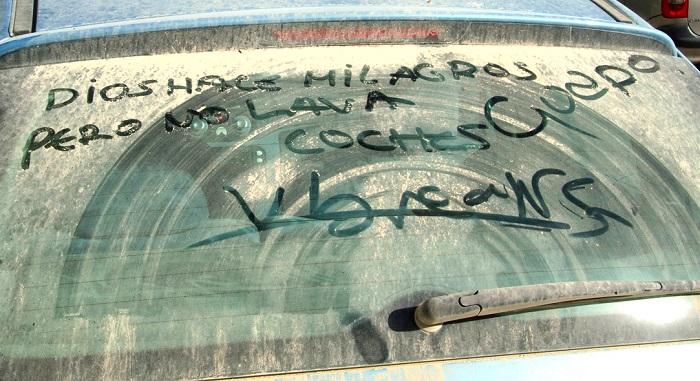 crital de un carro muy sucio con leyenda de que Dios no hace milagros
