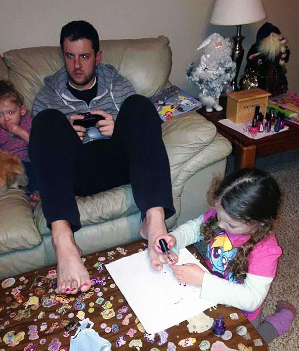 niñas pintandole las uñas al papa mientras juega xbox