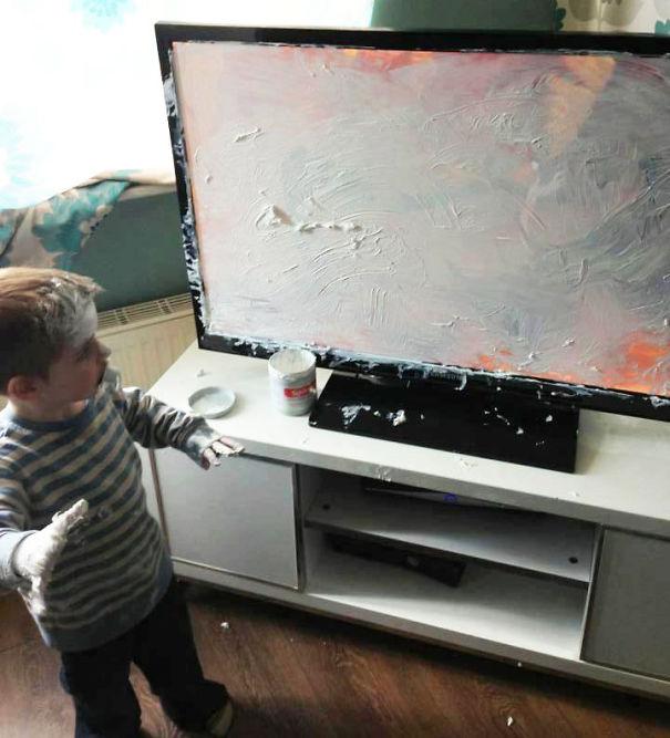 niño pinta pantalla con resanador