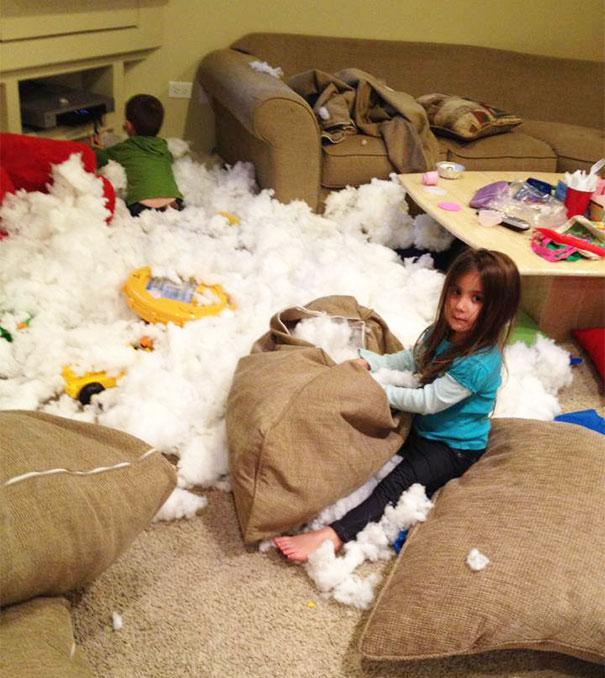 niños rompen los cojines para sacar las plumas