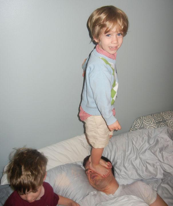 niño aplastando la cabeza del papa