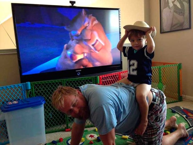 papa cargando de caballito a su hijo