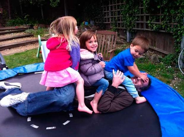 niños haciendole la plancha a su papa