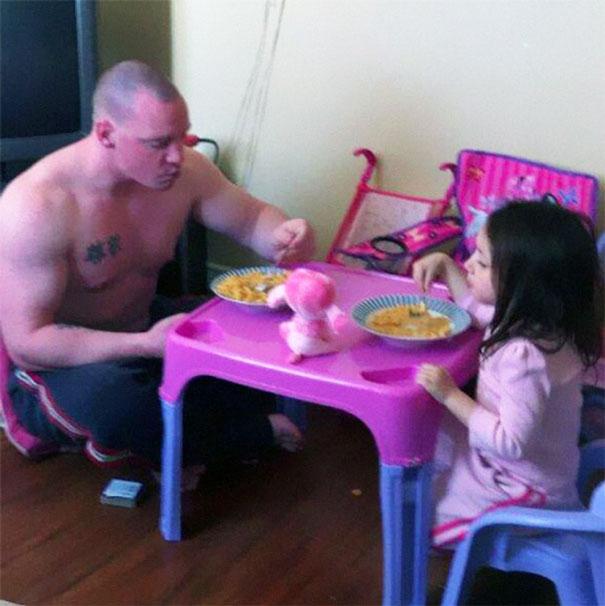 papa rudo tomando el te con su niña en mesa rosa