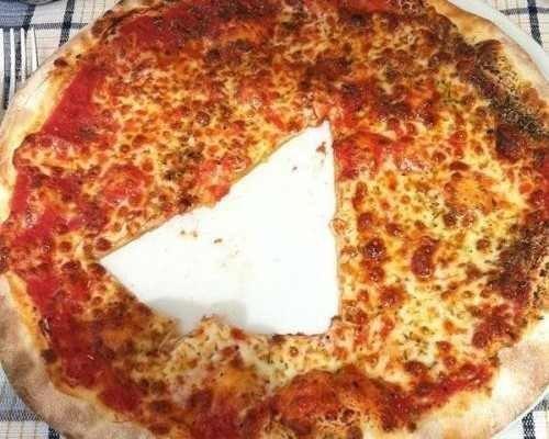 pizza con rebanada en medio cortada intencional