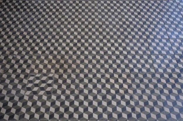 piso cuadrado mal instalado
