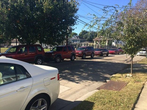 linea de coches rojos aparcados uno tras otro