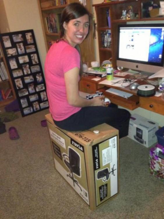 mujer  sentada en la caja de la silla para computadora