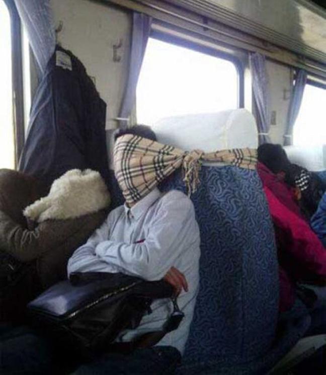 hombre en avión amarrado con bufanda