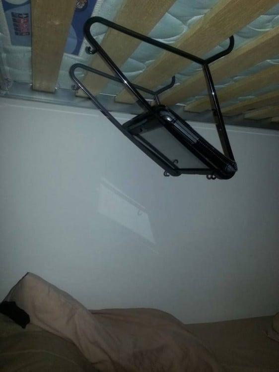 ipad sobre unos ganchos arriba de una litera como portatil