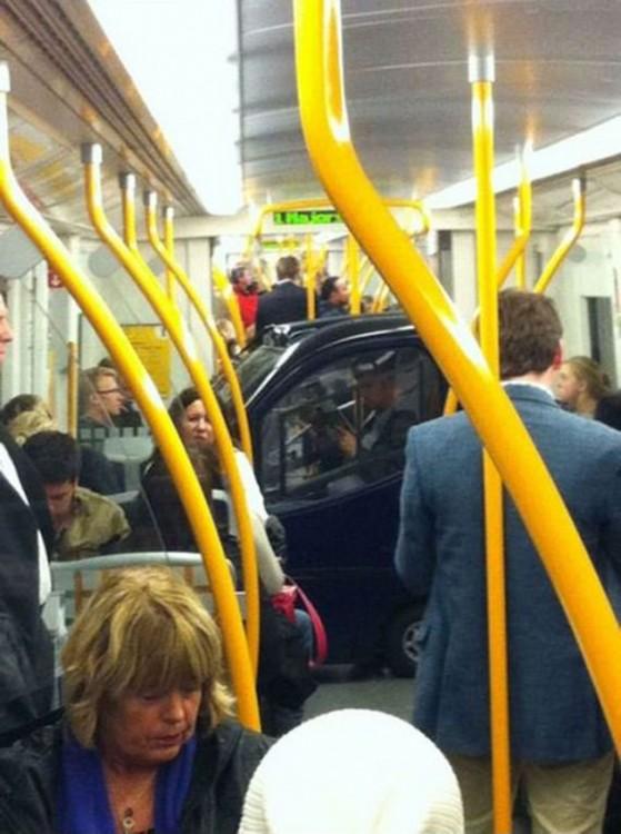 carro inteligente metido en el metro