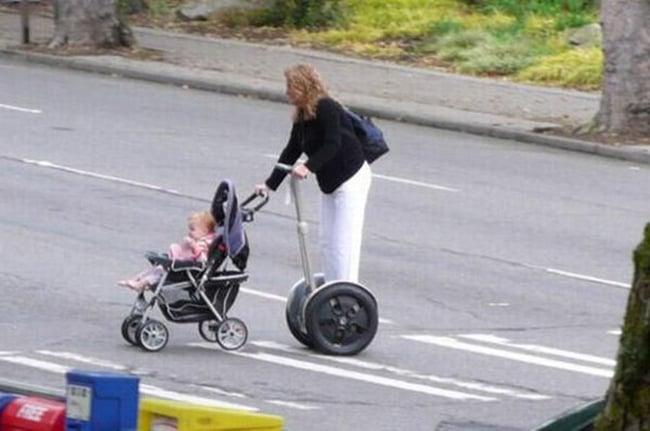 mujer paseando en un scooter a su hija