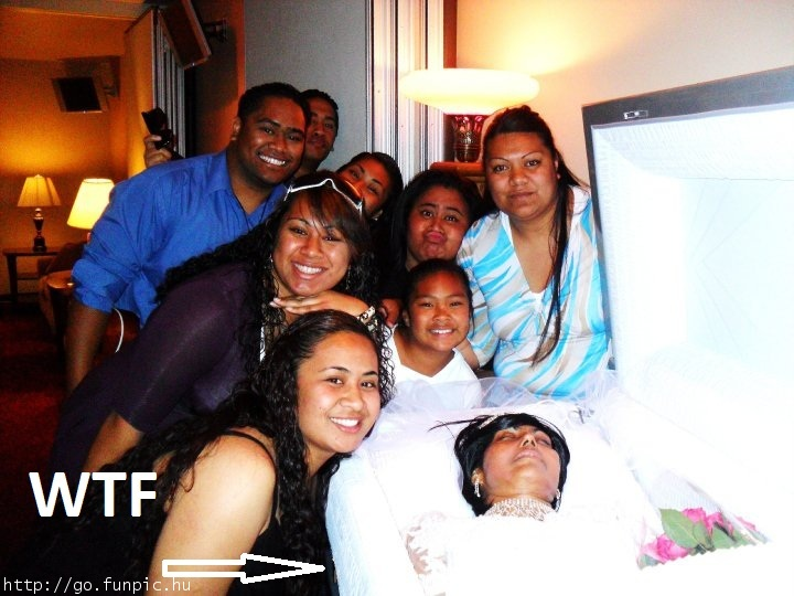 familia decide sonreir ante el ataud con mujer muerta