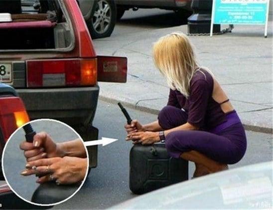 mujer intenta poner gasolina fumando