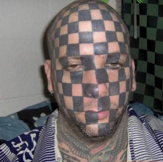 hombre tatuado a cuadros en toda la cara
