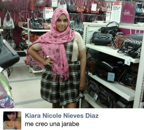 mujer se burla en el facebook de las arabes con bufanda floreada y uniforme escolar
