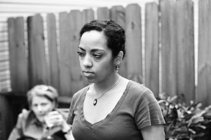 Mujer negra que esta enojada porque la juzga la de atras