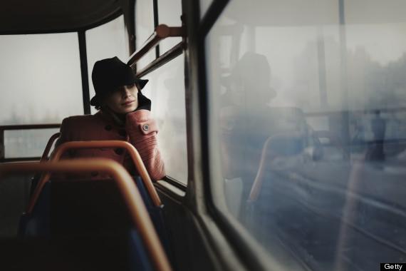 mujer en el metro vestida con gorro sola