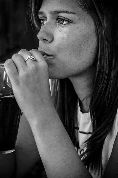 mujer mirando reflectiva hacia el horizonte