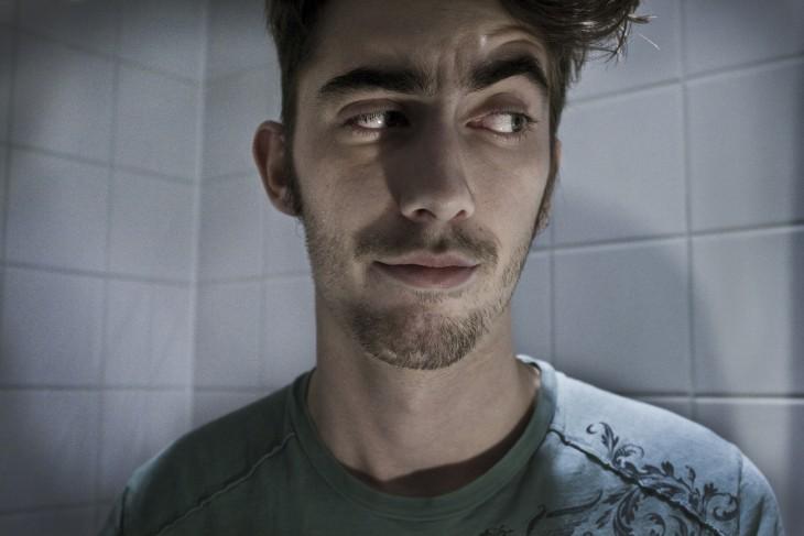 cara de sarcasmo del chavo con ojos grandes y cabello desaliñado