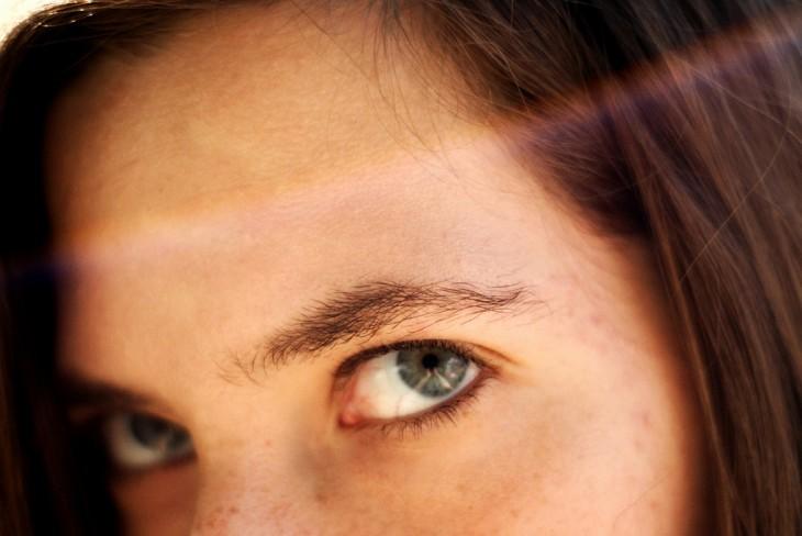 Mirada intensa de ojos azules y ojos azules