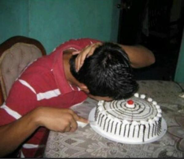 niño embarrandose solo contra el pastel